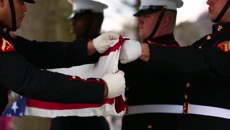 Los-Marines-De-Los-Estados-Unidos-Doblan-La-Bandera-Que-Cubría-El-Ataúd-De-La-Sargento-Catherine-Murray-En-Arlington