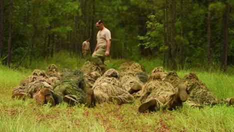 Los-Soldados-De-La-Escuela-De-Francotiradores-De-Fort-Bennings-Se-Arrastran-Hacia-Un-Bosque-Con-Sus-Trajes-Ghillie-