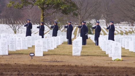 Un-Grupo-De-Fusileros-Dispara-Un-Saludo-De-Tres-Voleas-En-El-Funeral-Del-Coronel-Leo-Thorsness-En-Arlington