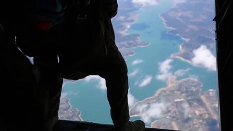 Us-Reconnaissance-Marines-Conduct-Free-Fall-Parachute-Jump-Training