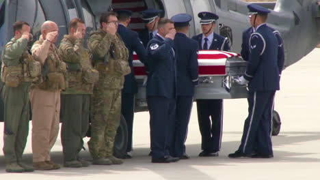 Usaf-Airmen-Carry-The-Casket-Of-Master-Sgt-Christopher-J-Raguso-Off-An-Aircraft-At-The-F-S-Gabreski-Air-National-Guard-Base