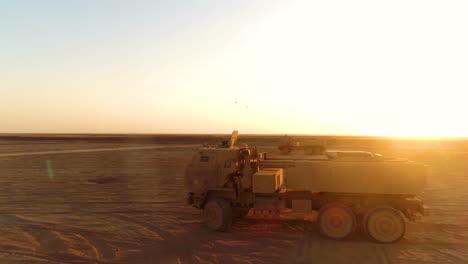 Se-Instala-Un-Sistema-De-Cohetes-De-Artillería-De-Alta-Movilidad-Del-Ejército-Estadounidense-En-Un-Desierto-Sirio-