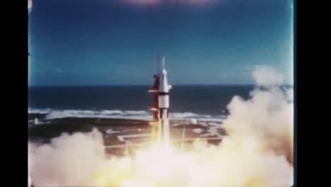 El-Cohete-Apolo-7-Se-Lanza-Desde-Su-Plataforma-De-Lanzamiento-Y-Arroja-Sus-Cohetes-Mientras-Explota-Fuera-De-La-Atmósfera-1968