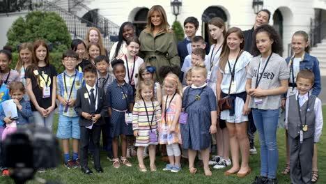 Un-Montaje-De-Melania-Trump-Visitando-Escuelas-Niños-Y-Otros-Países-Haciendo-Su-Mejor-Campaña-2019