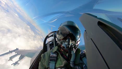 Cockpitansicht-Eines-Kampfpiloten-Während-Er-Während-Der-Roten-Flagge-191-Übungen-2019-über-Den-Luftwaffenstützpunkt-Nellis-Fliegt