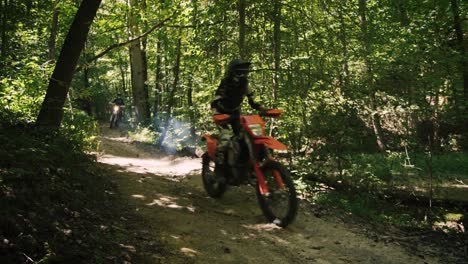 Montaña-Bikers-Dirt-Bikers-And-Atvs-Ride-through-A-Forest
