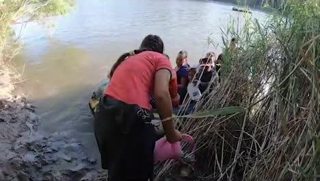 Los-Contrabandistas-Usan-Una-Balsa-Inflable-Para-Que-Las-Familias-Crucen-La-Frontera-Mexicana-Hacia-El-2019