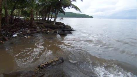 Trümmer-Am-Strand-Von-Amerikanisch-Samoa-Nach-Dem-Tsunami-2009