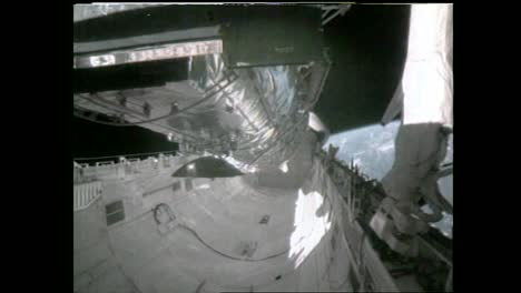 Los-Astronautas-Observan-El-Telescopio-Espacial-Hubble-Mientras-Orbita-La-Tierra-