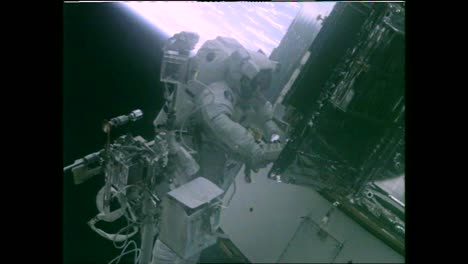 Astronauts-Conduct-An-Eva-On-the-Hubble-Space-Telescope-As-It-Orbits-the-Earth