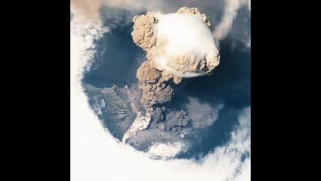 Das-Filmmaterial-Aus-Dem-Jahr-2009-Zeigt-Den-Ausbruch-Des-Sarychev-Gipfelsche