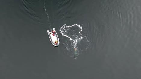 Luft--Und-Kopfaufnahmen-Von-Noaa-Die-Versuchen-Einen-Buckelwal-Von-Fanggeräten-Zu-Befreien