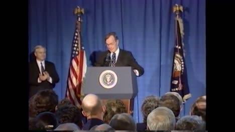 El-Presidente-George-Hw-Bush-Es-Recibido-Con-Un-Gran-Aplauso-Durante-Su-Discurso-De-Despedida-De-La-Cia-El-8-De-Enero-De-1993