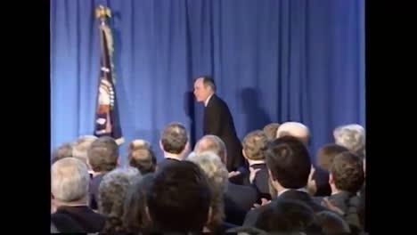 El-Presidente-George-Hw-Bush-Sube-Al-Escenario-Para-Pronunciar-Su-Discurso-De-Despedida-A-La-Cia-El-8-De-Enero-De-1993