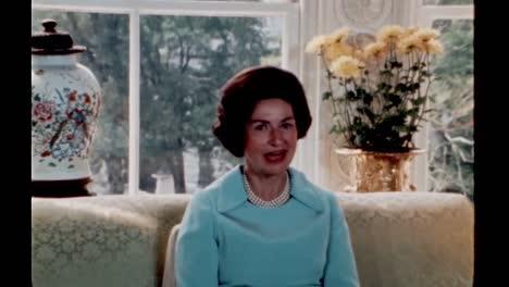 Claudia-Lady-Bird-Johnson-Te-Lleva-Dentro-De-Las-Viviendas-De-La-Casa-Blanca-1960