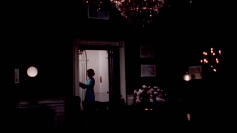 Claudia-Lady-Bird-Johnson-Te-Lleva-A-Las-Viviendas-De-La-Casa-Blanca-1960