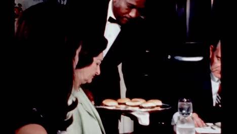 Lyndon-B-Johnson-Y-Su-Familia-Cenan-En-El-Comedor-De-La-Vivienda-De-La-Casa-Blanca-1960