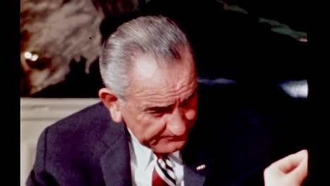 Lyndon-B-Johnson-Y-Su-Familia-Comparten-La-Cena-En-El-Comedor-De-La-Vivienda-De-La-Casa-Blanca-1960