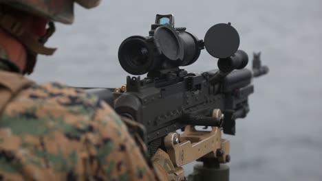 Los-Marines-Estadounidenses-Disparan-Ametralladoras-Para-Mantener-El-Dominio-De-Las-Armas-Pesadas-Mientras-Están-A-Bordo-Del-Uss-Germantown-East-China-Sea