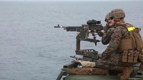 Los-Marines-Estadounidenses-Disparan-Ametralladoras-Para-Mantener-La-Competencia-En-Armas-Pesadas-A-Bordo-Del-Uss-Germantown-East-China-Sea-1
