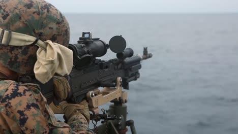 Los-Marines-Estadounidenses-Disparan-Ametralladoras-Para-Mantener-La-Competencia-En-Armas-Pesadas-Mientras-Están-A-Bordo-Del-Uss-Germantown-East-China-Sea-2