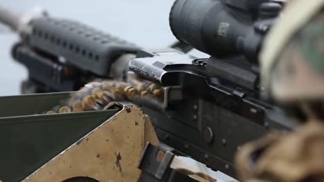 Los-Marines-Estadounidenses-Disparan-Ametralladoras-Para-Mantener-La-Competencia-En-Armas-Pesadas-Mientras-Están-A-Bordo-Del-Uss-Germantown-East-China-Sea-4
