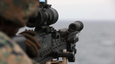 Los-Marines-Estadounidenses-Disparan-Ametralladoras-Para-Mantener-El-Dominio-De-Las-Armas-Pesadas-A-Bordo-Del-Uss-Germantown-East-China-Sea-5