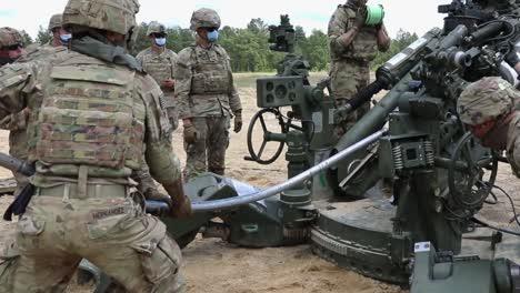Los-Soldados-Asignados-A-Un-Tren-Del-Regimiento-De-Artillería-De-Campo-Cargando-Y-Disparando-Un-Obús-M777-En-Fort-Bragg-Carolina-Del-Norte