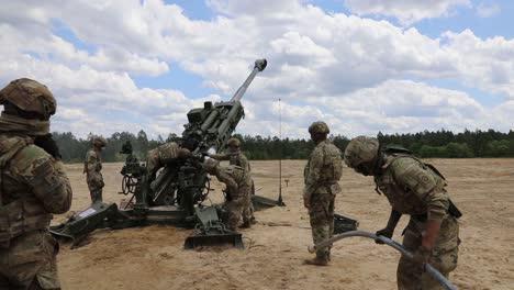 Los-Soldados-Asignados-A-Un-Tren-Del-Regimiento-De-Artillería-De-Campo-Cargando-Y-Disparando-Un-Obús-M777-En-Fort-Bragg-Carolina-Del-Norte-1