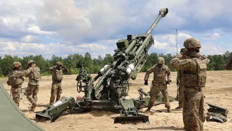 Los-Soldados-Asignados-A-Un-Tren-Del-Regimiento-De-Artillería-De-Campo-Cargando-Y-Disparando-Un-Obús-M777-En-Fort-Bragg-Carolina-Del-Norte-3
