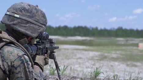 Los-Marines-Estadounidenses-Llevan-A-Cabo-Entrenamiento-De-Maniobras-Y-Fuego-Apoyado-Por-Escuadrones-Para-Agudizar-Las-Habilidades-De-Combate-En-El-Campamento-Lejeune-Nc