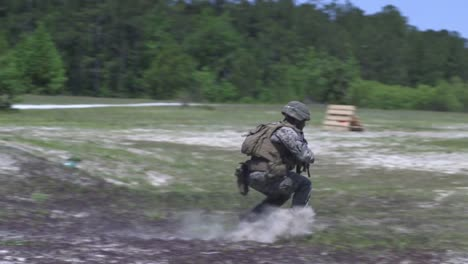 Los-Marines-Estadounidenses-Llevan-A-Cabo-Entrenamiento-De-Fuego-Y-Maniobras-Apoyado-Por-Escuadrones-Para-Afinar-Las-Habilidades-De-Combate-En-El-Campamento-Lejeune-Nc-5