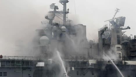 La-Lucha-Contra-Un-Incendio-A-Bordo-Del-Buque-De-Asalto-Anfibio-Uss-Bonhomme-Richard-Dockside-En-La-Base-Naval-De-San-Diego-Ca-1