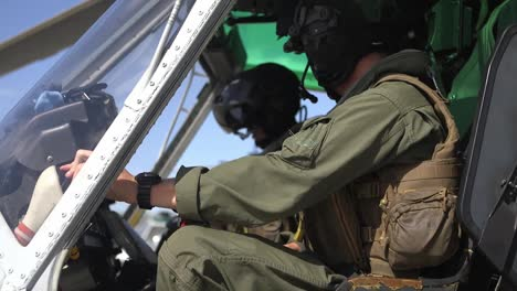 Us-Marine-Luz-Attack-Helicopter-Squadron-169-Practices-An-Assault-On-An-Vista-Aérea-Gunnery-Range-At-El-Centro-California