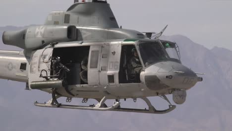Us-Marine-Luz-Attack-Helicopter-Squadron-169-Practices-An-Assault-On-An-Vista-Aérea-Gunnery-Range-At-El-Centro-California-3