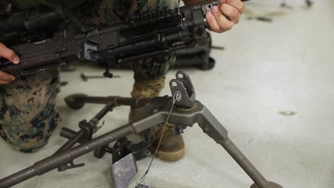 Us-Marines-With-Combat-Logistics-Battalion-4-Take-A-Machine-Gun-Class-Taught-By-Fellow-Marines-At-Camp-Kinser-Japón