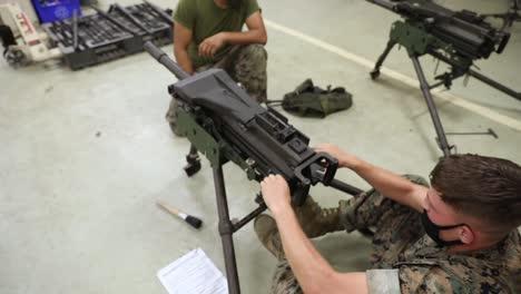 Los-Marines-Estadounidenses-Con-El-Batallón-De-Logística-De-Combate-4-Toman-Una-Clase-De-Ametralladora-Impartida-Por-Compañeros-Marines-En-El-Campamento-Kinser-Japón-1