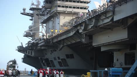 US-Navy-Portaaviones-Nucleares-Uss-Theodore-Roosevelt-Sale-Apra-Harbour-Guam-Durante-La-Pandemia-Covid19-1