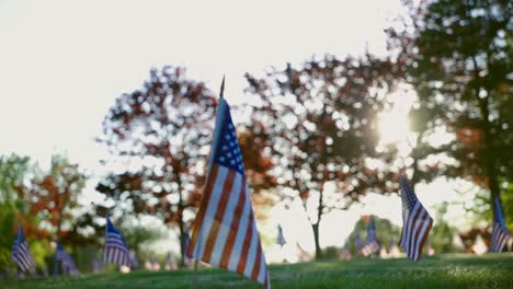 Broll-De-Banderas-Monumentos-Y-Tumbas-En-El-Cementerio-Conmemorativo-De-Veteranos-De-Rhode-Island-Exeter-Ri