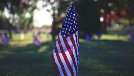 Cámara-Lenta-Broll-De-Banderas-Monumentos-Y-Tumbas-En-El-Cementerio-Conmemorativo-De-Veteranos-De-Rhode-Island-Exeter-Ri-2