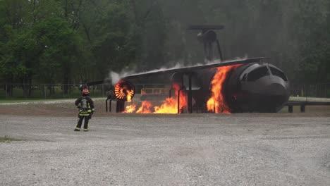 788th-Civil-Engineer-Squadron-Feuerwehrleute-Trainieren-Um-Flammen-Mit-Einem-Feuerwehrauto-Zu-Löschen-Wrightpatterson-Air-Force-Base-Ohio-1