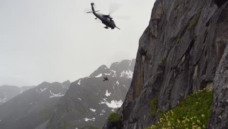 Dramatic-Hh60G-Pave-Hawk-Helicopter-Rescue-Of-Injured-Hiker-By-212th-Rescue-Squadron-Pilots-And-Crew-Alaska-1