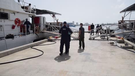 El-Guardacostas-Joseph-Napier-Tripulación-Descarga-Cocaína-Asediada-Desde-Un-Buque-Gofast-En-El-Mar-Caribe-De-Puerto-Rico