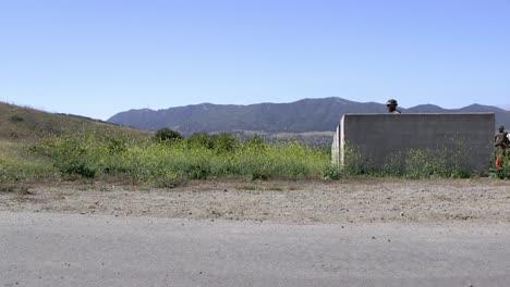 Los-Marines-Estadounidenses-Lanzan-Granadas-De-Fragmentación-M67-Durante-El-Entrenamiento-De-Infantería-En-El-Campamento-Base-Del-Cuerpo-De-Marines-Pendleton-En-California-1