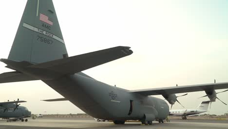 Los-Paracaidistas-De-La-Fuerza-Aérea-Estadounidense-De-La-82a-Escuadrilla-De-Rescate-Expedicionario-Se-Preparan-Para-Un-Salto-Nocturno-Djibouti-áfrica-Oriental