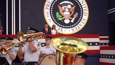 El-Presidente-Estadounidense-Donald-Trump-Y-La-Primera-Dama-Melania-Trump-Asisten-A-La-Celebración-Del-4-De-Julio-En-Mt-Rushmore-Sd