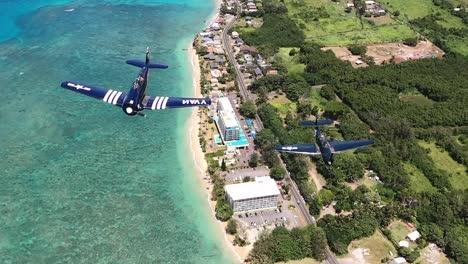 Imágenes-Aéreas-De-GoPro-De-Pájaros-De-Guerra-Vintage-De-La-Segunda-Guerra-Mundial-Volando-Sobre-El-Océano-Bañado-Por-El-Sol-Y-La-Costa-De-Hawai-1