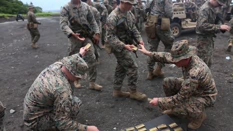 US-Marines-Schießen-Automatische-Gewehre-Ein-Schießstand-Treffsicherheitstraining-Übung-Im-Camp-Fuji-Japan