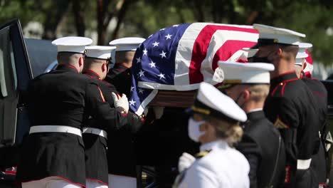 Los-Marines-Estadounidenses-En-Uniforme-De-Gala-Ponen-Un-Soldado-Caído-Para-Descansar-En-El-Cementerio-Nacional-De-Arlington-Washington
