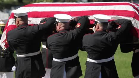 Los-Marines-Estadounidenses-En-Uniforme-De-Gala-Ponen-Un-Soldado-Caído-Para-Descansar-En-El-Cementerio-Nacional-De-Arlington-Washington-1